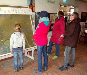 Besucher vor dem Kirchenrelief
