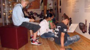 Schulkinder im Museum
